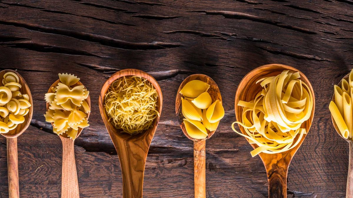 Les différentes formes de pâtes sèches penne rigate, tagliatelle, capellini, farfalle, tofette, cappeletti