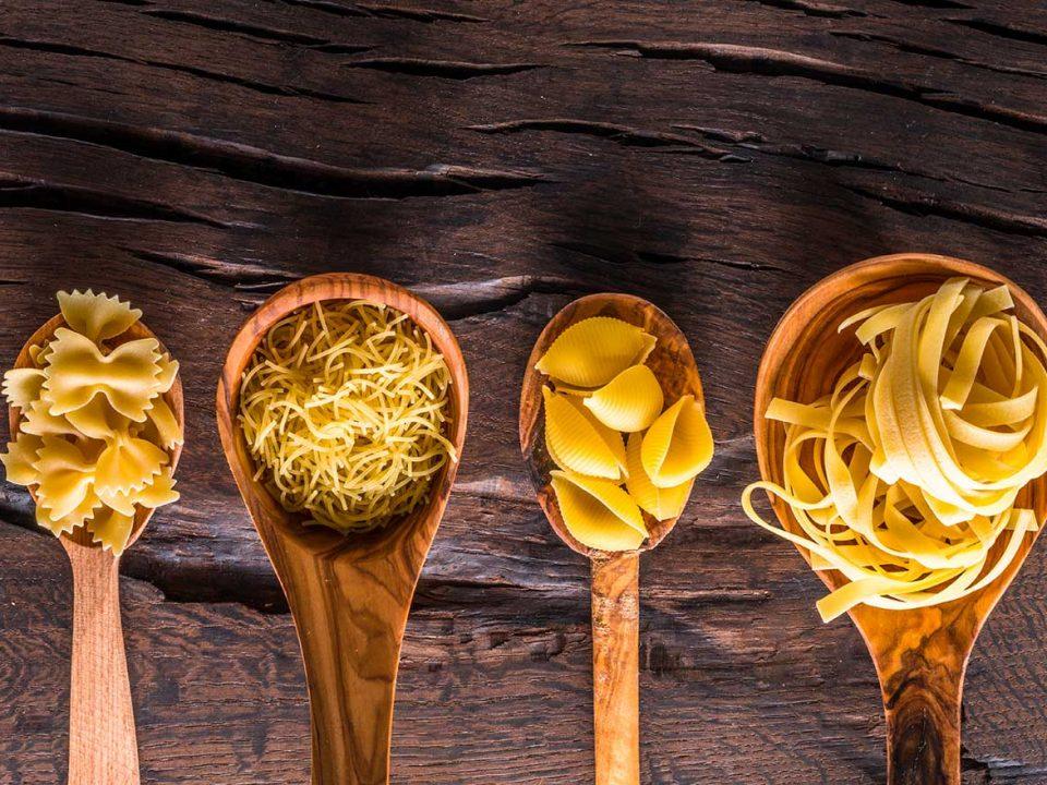 Les différentes formes de pâtes sèches penne rigate, tagliatelle, capellini, farfalle, tofette, cappeletti sont toutes présentées dans la boutique de bonnes pâtes italienne rennaise
