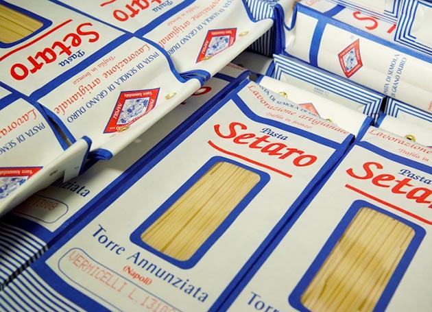 """Vente de produits """"Setaro"""" de Naples"""