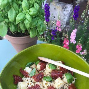 Recette d'été suggérée par l'épicerie fine Les Bonnes Pâtes: une jolie salade avec les pâtes des Pouilles Benedetto Cavalieri