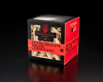 Les fameuses boites rouges et noires de Pastificio dei Campi di Gragnano, ici les penne rigate