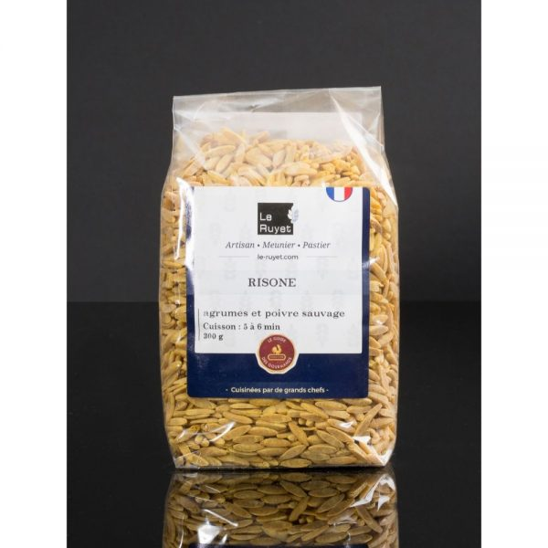 Le risone est une petite pâte en forme de riz, produite par David Le Ruyet, breton du Morbihan, existe aussi aux agrumes et poivre sauvage.