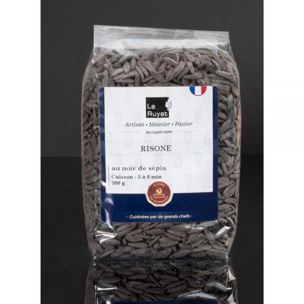 Petites pâtes en forme de riz faites en France par un producteur Breton David Le Ruyet, ici à base de blé tendre et encre de seiche.