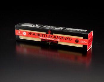 Les spaghetti de gragnano sont des pâtes sèches artisanales d'origine napolitaine dans un très beau packaging rouge et noir.