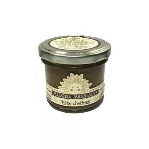 Petit pot de pâté d'olives à tartiner pour l'apéritif italien.