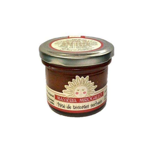 Petit pot de pâté de tomates séchées à tartiner pour l'apéritif italien.