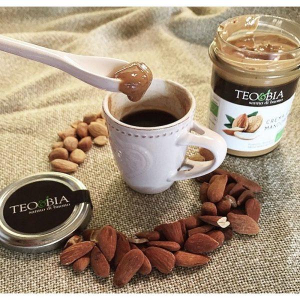 Crème d'amande bio, onctueuse et douce, parfaite pour sucrer et parfumer votre café subtilement.