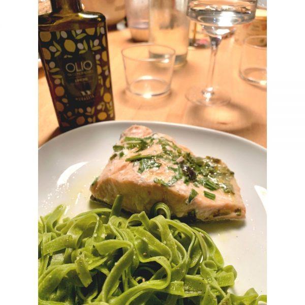 Fettuccine épinards servis avec du saumon.