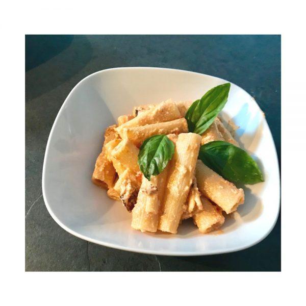 Rigatoni alla norma, recette aux légumes et ricotta typique de l'Italie.