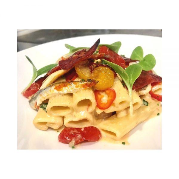 Salade composée et colorée italienne avec les rigatoni di Gragnano.