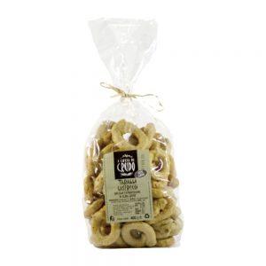 Petits biscuits salés typiques des Pouilles, croquants et légers.