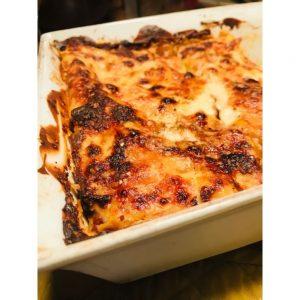 Plat de lasagnes qui sort du four