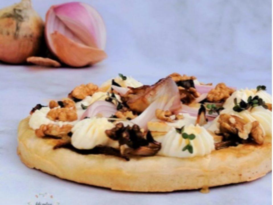 Jolie pizza maison aux oignons, chèvre, miel et noix.