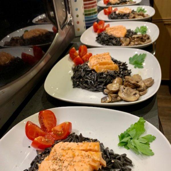Vente des pâtes bretonnes Le Ruyet : risones au noir de sepia qui peuvent se cuisiner avec du poisson.