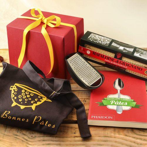 La boutique Les Bonnes Pâtes propose un joli coffret cadeau à offrir en fin d'année ou à tout moment, composé des indispensables pour faire de la bonne cuisine italienne.