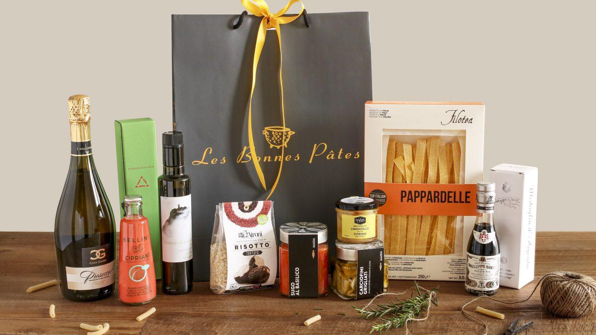 La boutique Les Bonnes Pâtes vous propose un panier garni gourmand rempli de produits italiens de très bonne qualité pour faire plaisir aux gourmets
